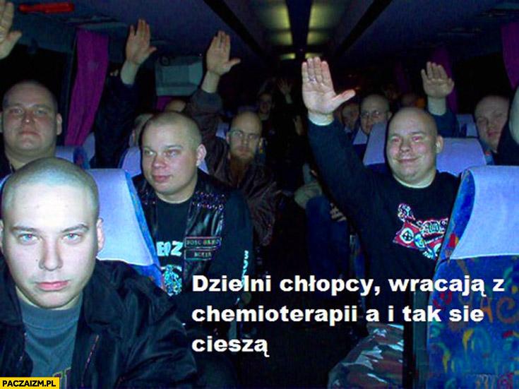 Dzielni chłopcy wracają z chemioterapii a i tak się cieszą