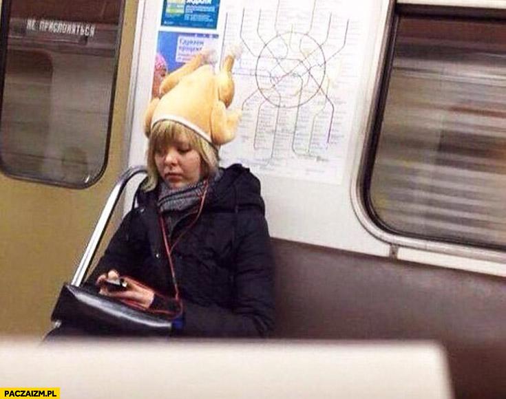 Dziewczyna w metrze czapka z kurczaka