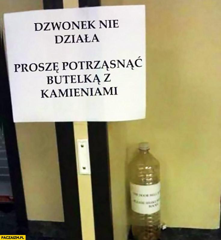 Dzwonek nie działa proszę potrząsać butelka z kamieniami kartka napis