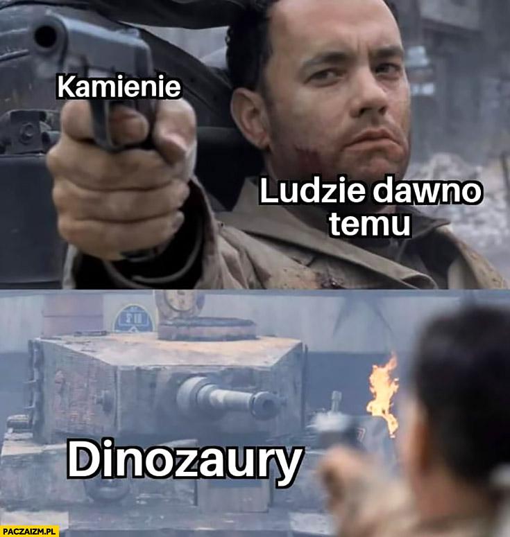Ewa Kopacz kamienie, ludzie dawno temu, dinozaury Tom Hanks celuje z pistoletu do czołgu