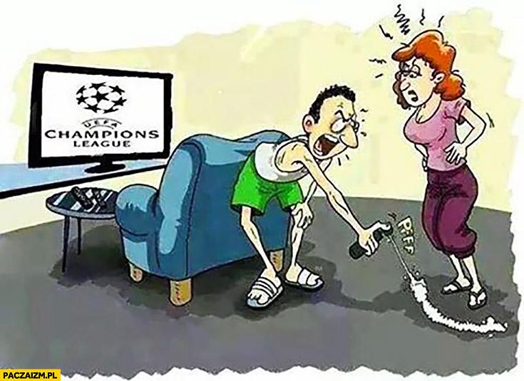 Facet ogląda Champions League zaznaczył kobiecie linię jak sędzia spray