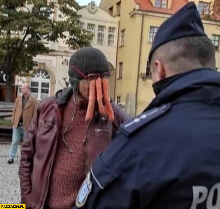 Facet z maską z marchewek dostaje mandat od policji
