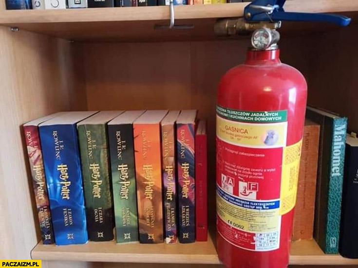Gaśnica przy książkach Harry Potter na półce palenie książek