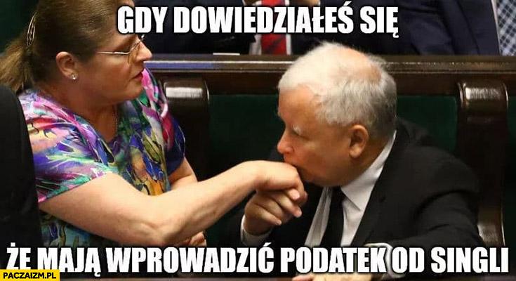 Gdy dowiedziałeś się, że mają wprowadzić podatek od singli Kaczyński całuje dłoń Pawłowicz