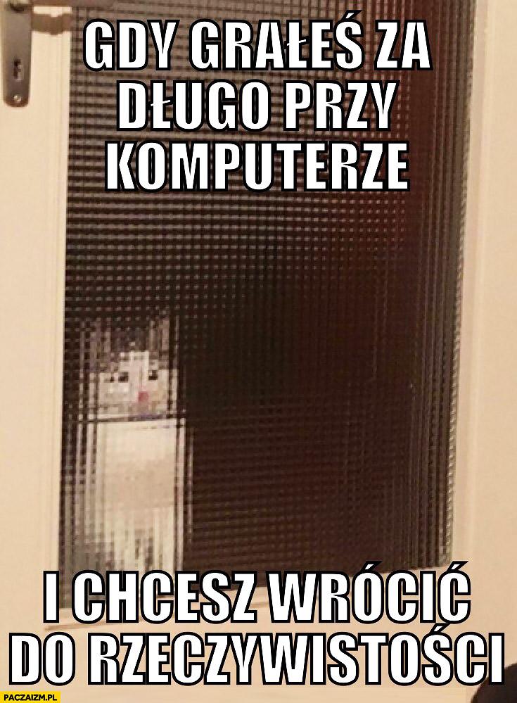 Gdy grałeś za długo na komputerze i chcesz wrócić do rzeczywistości kot pikselowa szyba