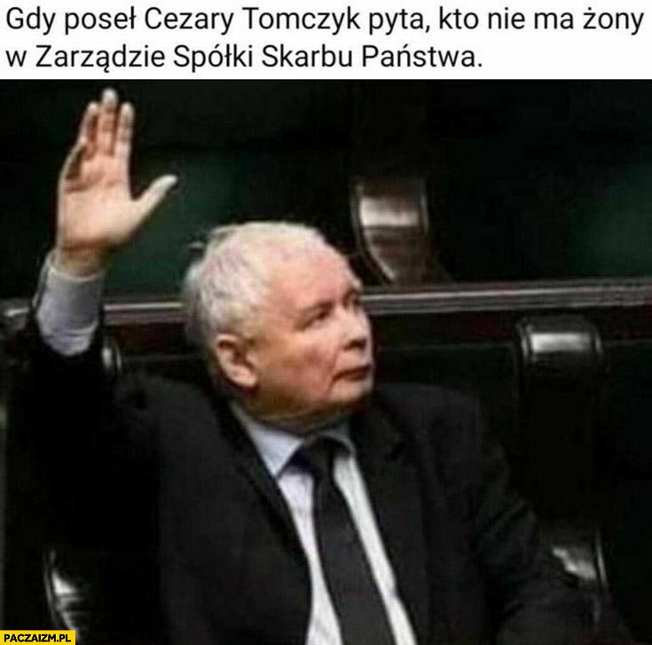 Gdy poseł Tomczyk pyta kto nie ma żony w zarządzie spółki skarbu państwa Kaczyński podnosi rękę