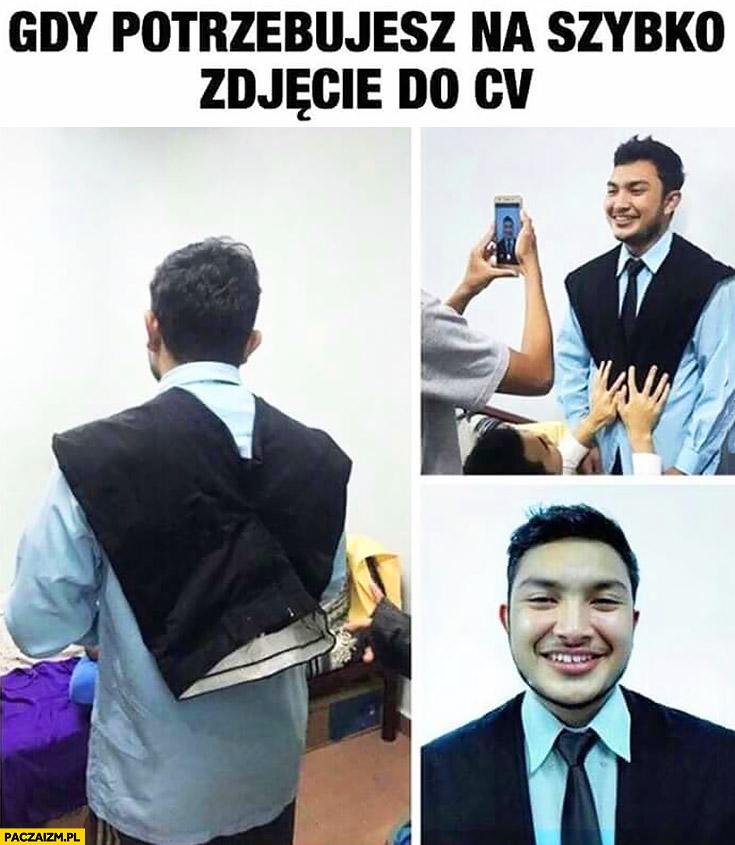 Gdy potrzebujesz na szybko zdjęcie do CV facet założył spodnie udaje, że ma garnitur marynarkę