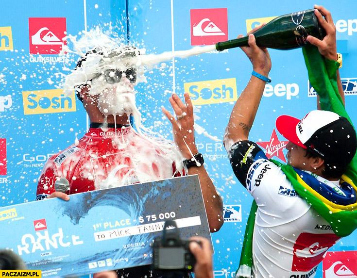 Gość dostaje szampanem w twarz