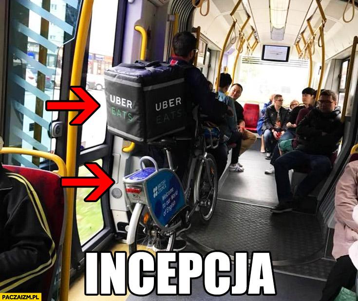 Gość wiezie Uber Eats na rowerze miejskim publicznym Veturilo w tramwaju autobusie Incepcja