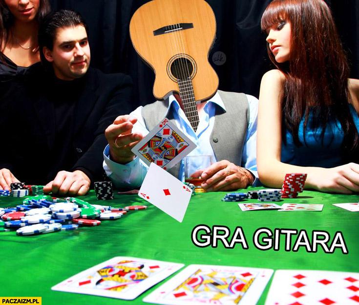Gra gitara akustyczna w karty