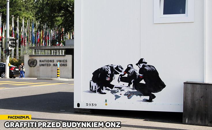 Graffiti przed budynkiem ONZ