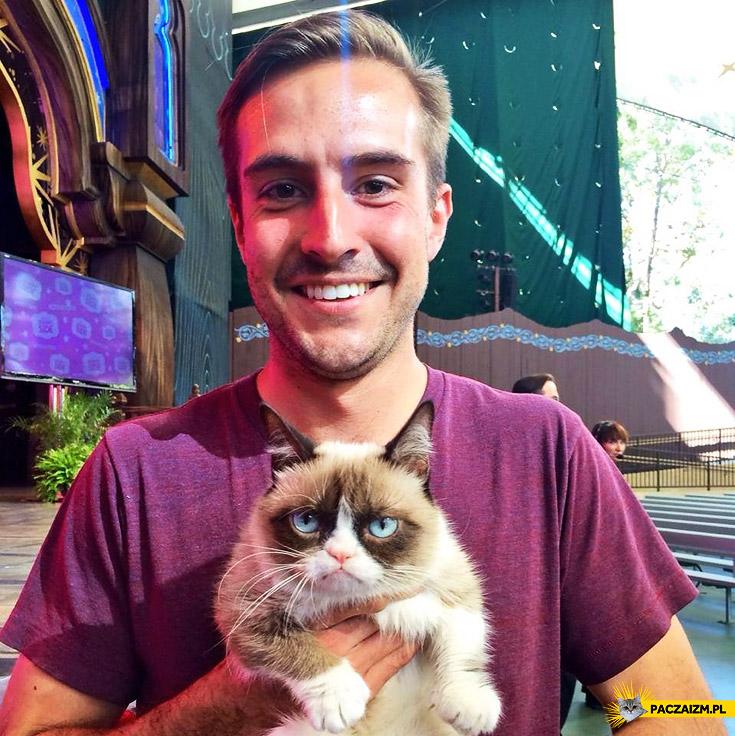 Grumpy Cat i absurdalnie fotogeniczny koleś