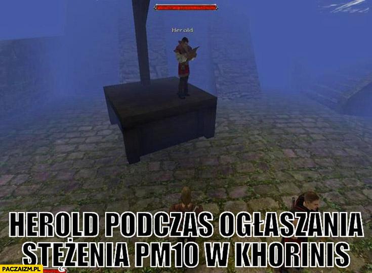Herold podczas ogłaszania stężenia PM10 w Khorinis Gothic