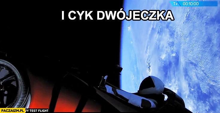 I cyk dwójeczka astronauta kosmonauta w Tesla roadster na orbicie