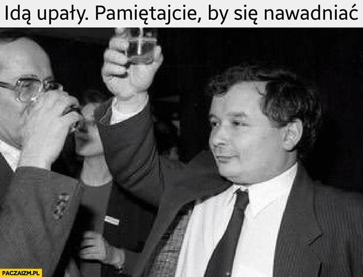 Idą upały pamiętajcie by się nawadniać Lech Kaczyński wznosi toast