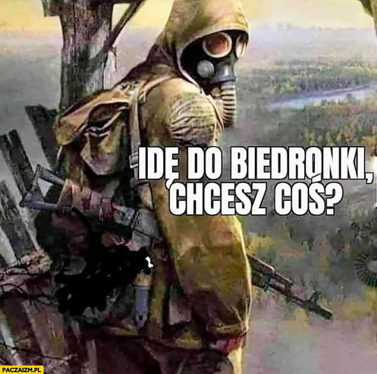 Idę do Biedronki, chcesz coś? Pełny strój bojowy, maska gazowa, karabin