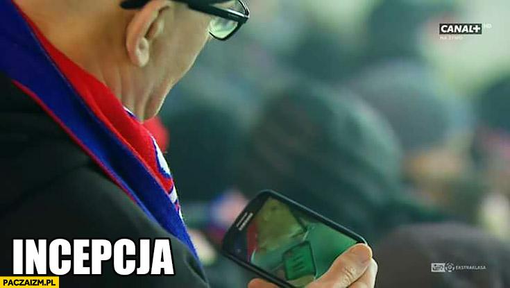 Incepcja gość kibic na meczu ogląda się na relacji w telefonie Canal plus