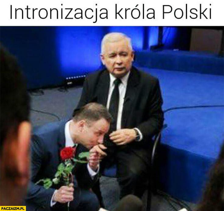 Intronizacja króla polski Andrzej Duda całuje rękę dłoń Jarosława Kaczyńskiego