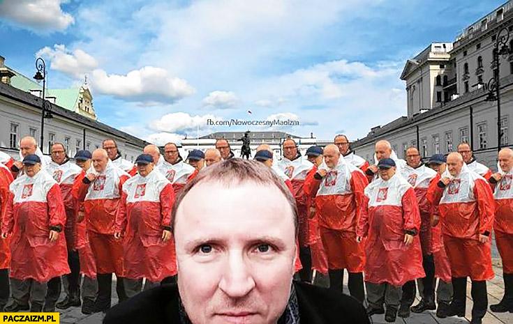 Jacek kurski selfie w tle Kaczyński płaszcz kurtka peleryna przeciwdeszczowa flaga polski przeróbka