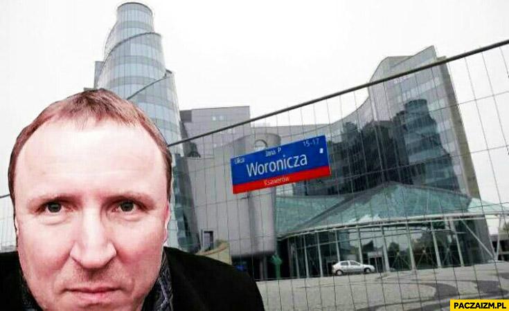 Jacek Kurski selfie Woronicza przed siedzibą TVP