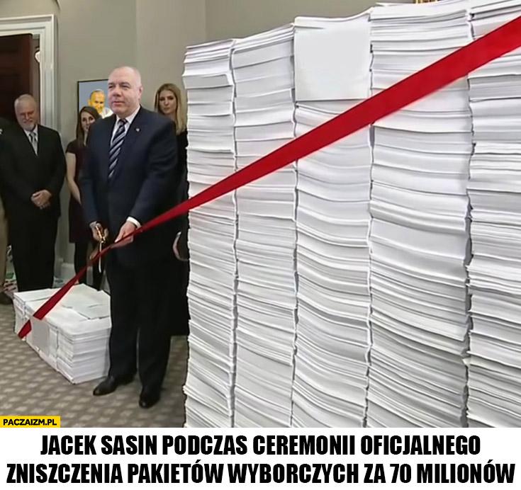 Jacek Sasin podczas ceremonii oficjalnego zniszczenia pakietów wyborczych za 70 milionów