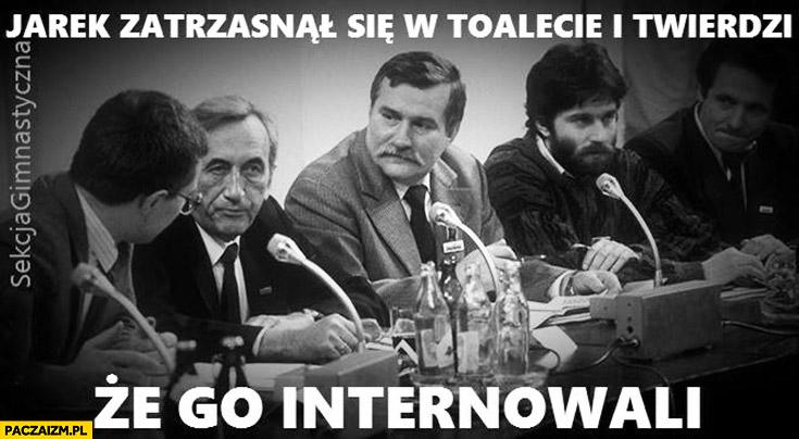 Jarek zatrzasnął się w toalecie i twierdzi, że go internowali Kaczyński