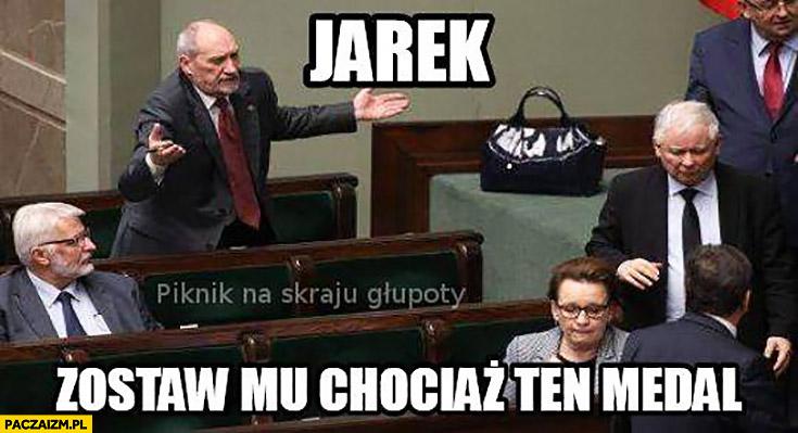 Jarek zostaw mu chociaż ten medal Misiewicz Macierewicz Kaczyński