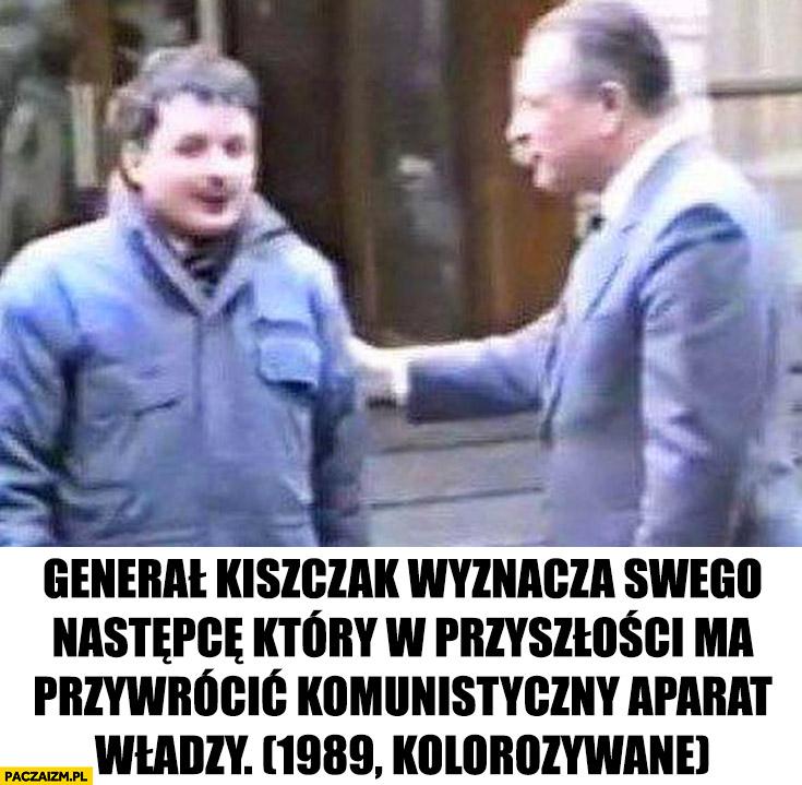 Jarosław Kaczyński generał Kiszczak wyznacza swego następcę który w przyszłości ma przywrócić komunistyczny aparat władzy, 1989 koloryzowane