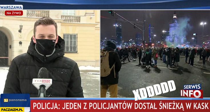 Jeden z policjantów dostał śnieżką w kask pasek TVP info panorama