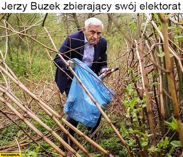 Jerzy Buzek zbierający swój elektorat z workiem na śmieci w lesie