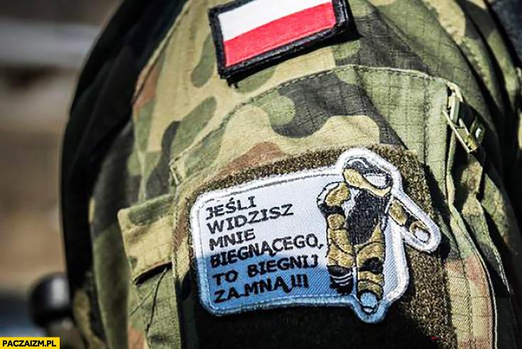 Jeśli widzisz mnie biegnącego to biegnij za mną napis na mundurze żołnierza