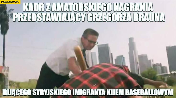 Kadr z amatorskiego nagrania przedstawiający Grzegorza Brauna bijącego Syryjskiego imigranta kijem baseballowym film Upadek Michael Douglas