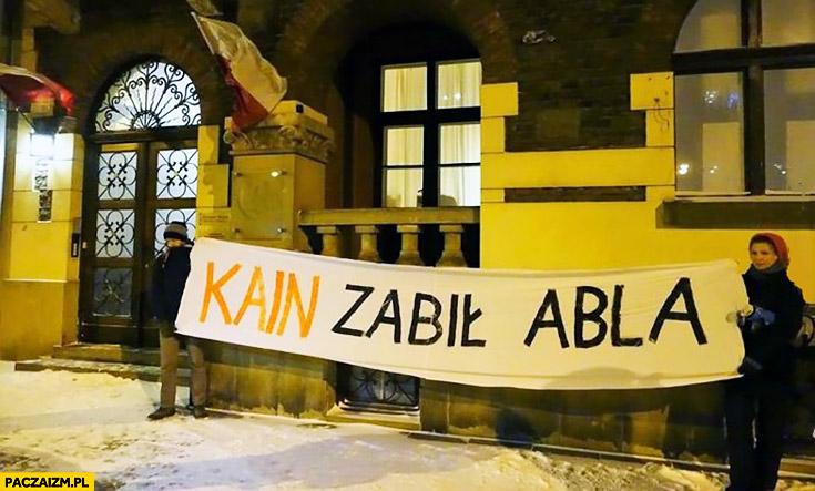 Kain zabił Abla transparent Kaczyński