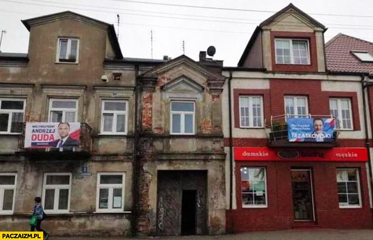 Kamienica z reklamą Dudy stara zniszczona biedna, kamienica z bannerem Trzaskowskiego ładna odnowiona bogata