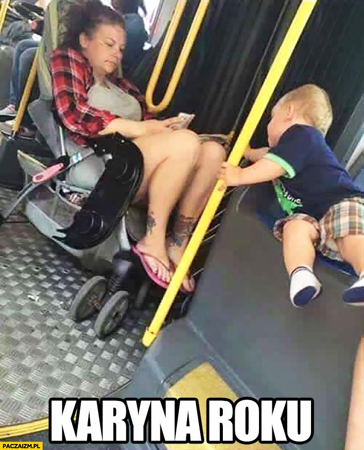 Karyna roku na wózku dziecka w autobusie