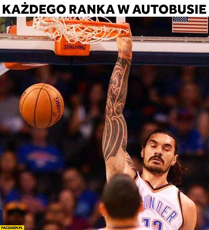 Każdego ranka w autobusie koszykarz