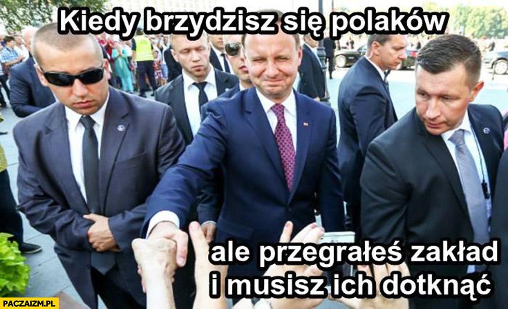 Kiedy brzydzisz się Polaków ale przegrałeś zakład i musisz ich dotknąć Duda wykrzywia twarz grymas Cenzoduda