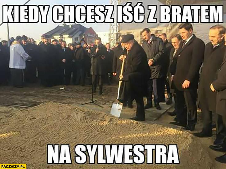 Kiedy chcesz iść z bratem na sylwestra Jarosław Kaczyński wykopuje łopatą