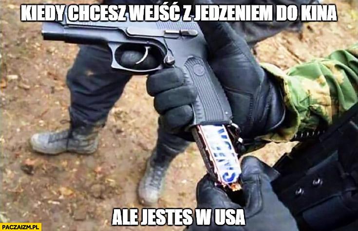 Kiedy chcesz wejść z jedzeniem do kina ale jesteś w USA Snickers w pistolecie