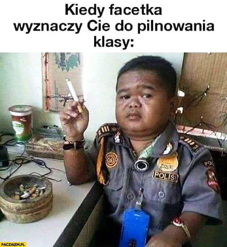 Kiedy facetka wyznaczy Cię do pilnowania klasy dzieciak policjant z papierosem