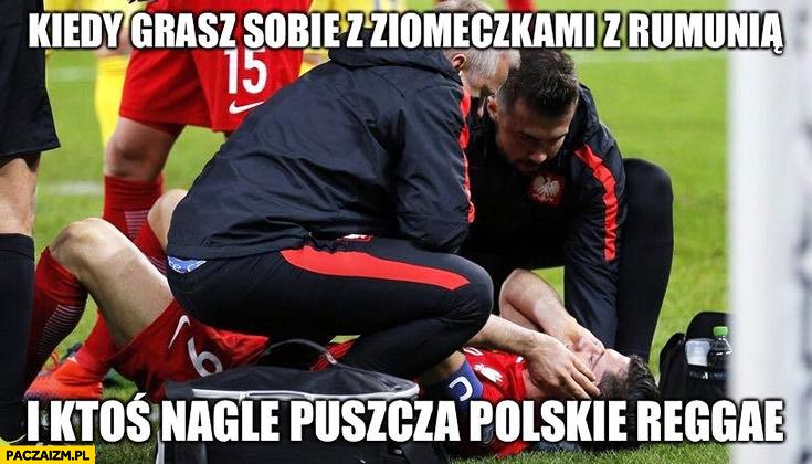 Kiedy grasz sobie z ziomeczkami z Rumunią i ktoś nagle puszcza polskie reggae Lewandowski zatyka uszy ogłuszony