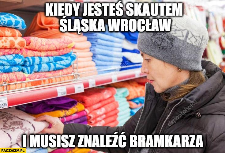 Kiedy jesteś skautem Śląska Wrocław i musisz znaleźć bramkarza szmata ręcznik wybiera w sklepie
