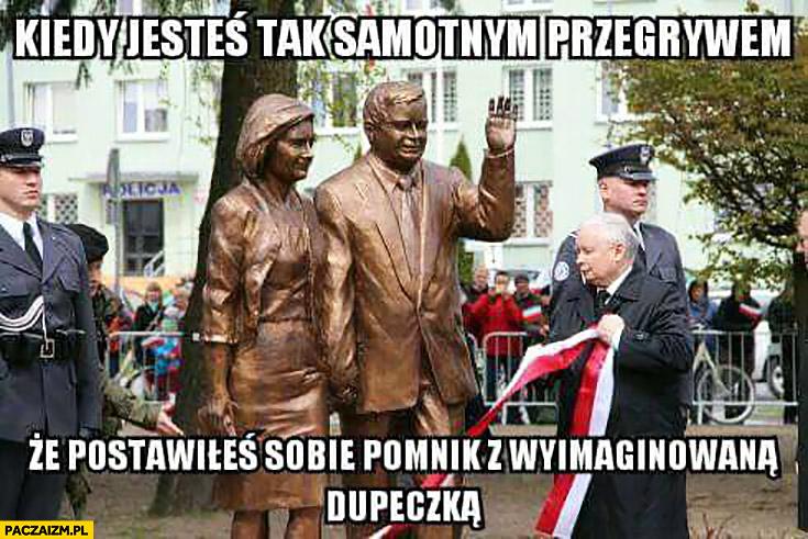 Kiedy jesteś tak samotnym przegrywem, że postawiłeś sobie pomnik z wyimaginowana dupeczką Lech Jarosław Kaczyński