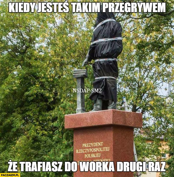 Kiedy jesteś takim przegrywem, że trafiasz do worka drugi raz Lech Kaczyński pomnik zawinięty folia workiem