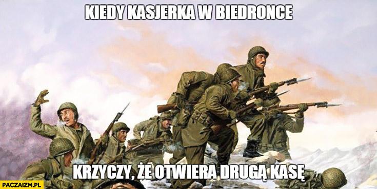 Kiedy kasjerka w Biedronce krzyczy, że otwiera drugą kasę ludzie żołnierze szturmują atakują
