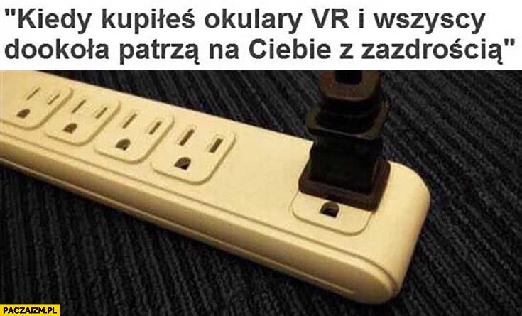 Kiedy kupiłeś okulary VR i wszyscy dookoła patrzą na Ciebie z zazdrością gniazdko kontakt wtyczki listwa wirtualna rzeczywistość