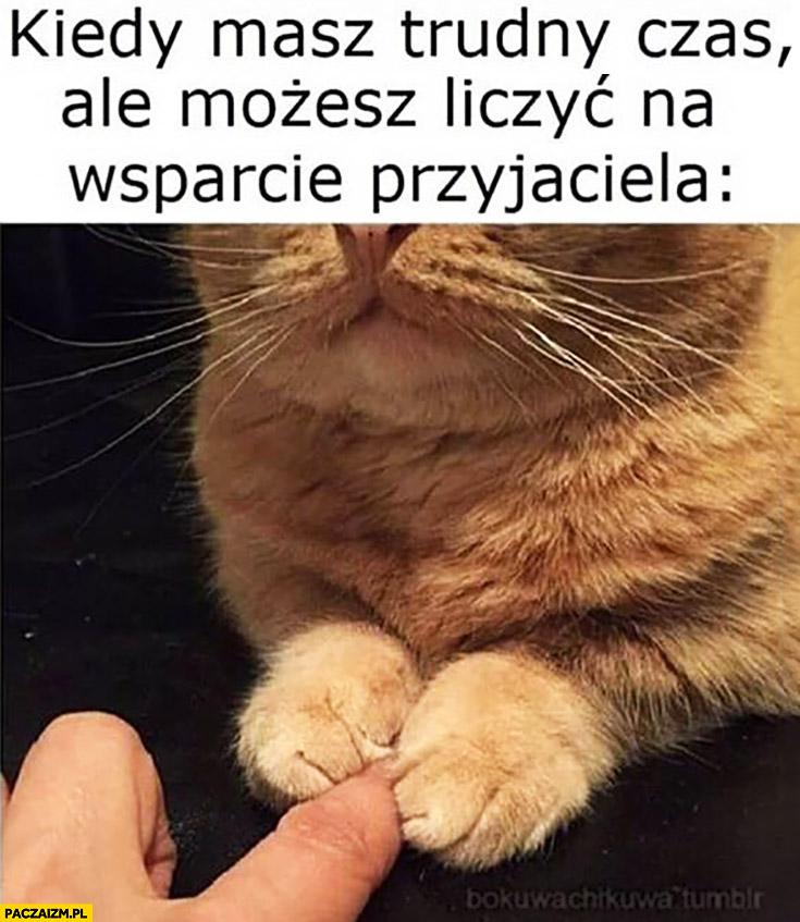 Kiedy masz trudny czas ale możesz liczyć na wsparcie przyjaciela kot trzyma palec