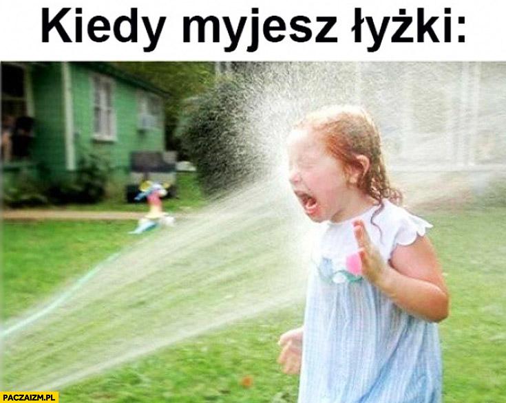 Kiedy myjesz łyżki dziewczynka szlaufem wodą w twarz