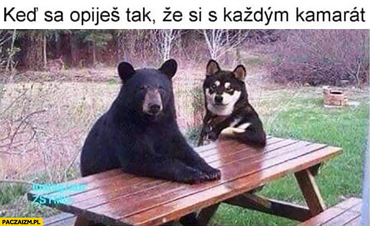 Kiedy objesz się tak, że jesteś z każdym kumplem niedźwiedź z psem przy stole
