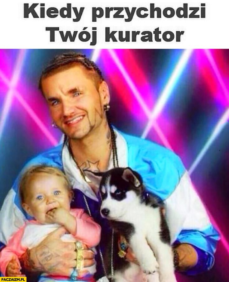 Kiedy przychodzi Twój kurator zdjęcie z dzieckiem i szczeniaczkiem